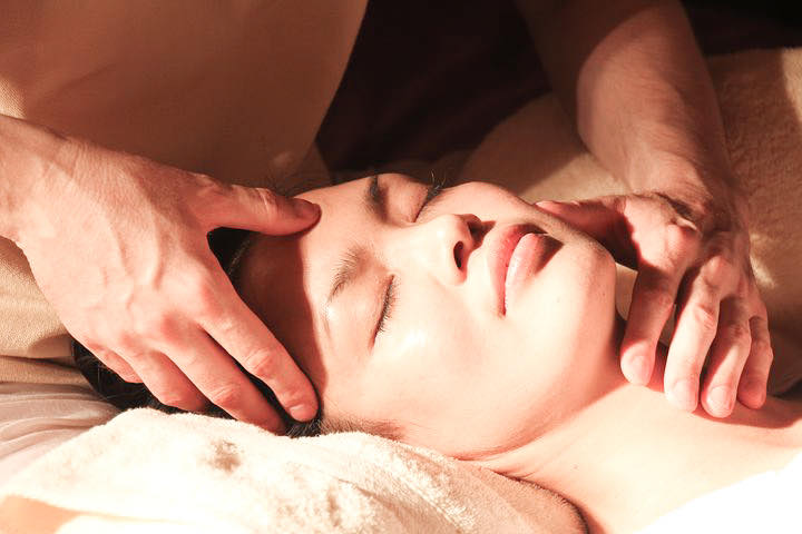Woman receiving chiropractic treatment to manage migraine